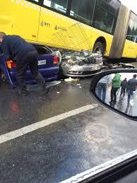 Guarda la versione ingrandita di YOUTUBE Conducente picchiato con ombrello: bus finisce sopra auto