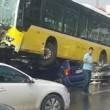 Conducente picchiato con ombrello bus finisce sopra auto5