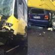 Conducente picchiato con ombrello bus finisce sopra auto