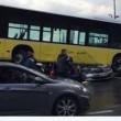 Conducente picchiato con ombrello bus finisce sopra auto12