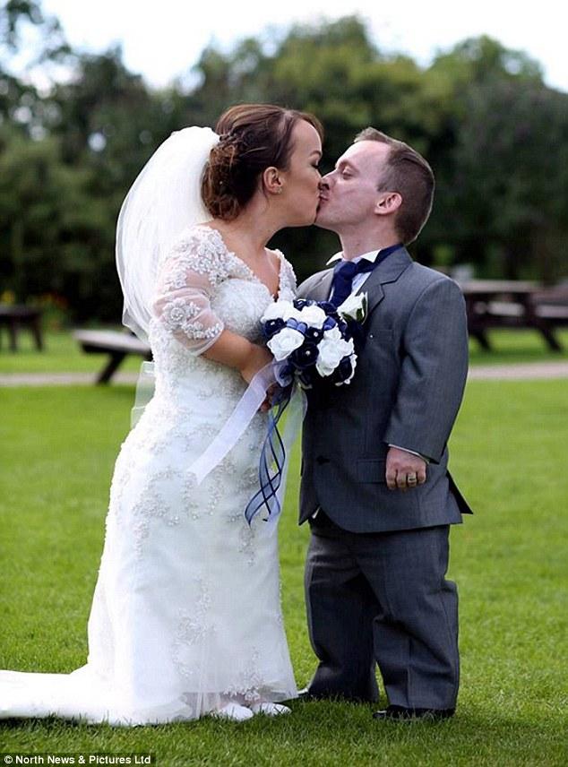 Coppia di nani sposi: si sono conosciuti sul set di Biancaneve4