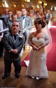 Guarda la versione ingrandita di YOUTUBE Coppia di nani sposi: si sono conosciuti sul set di Biancaneve FOTO