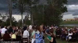 Guarda la versione ingrandita di YOUTUBE Crolla albero durante cerimonia di nozze: i due sposini….