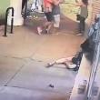 Esce dal negozio picchia la compagna e scappa3