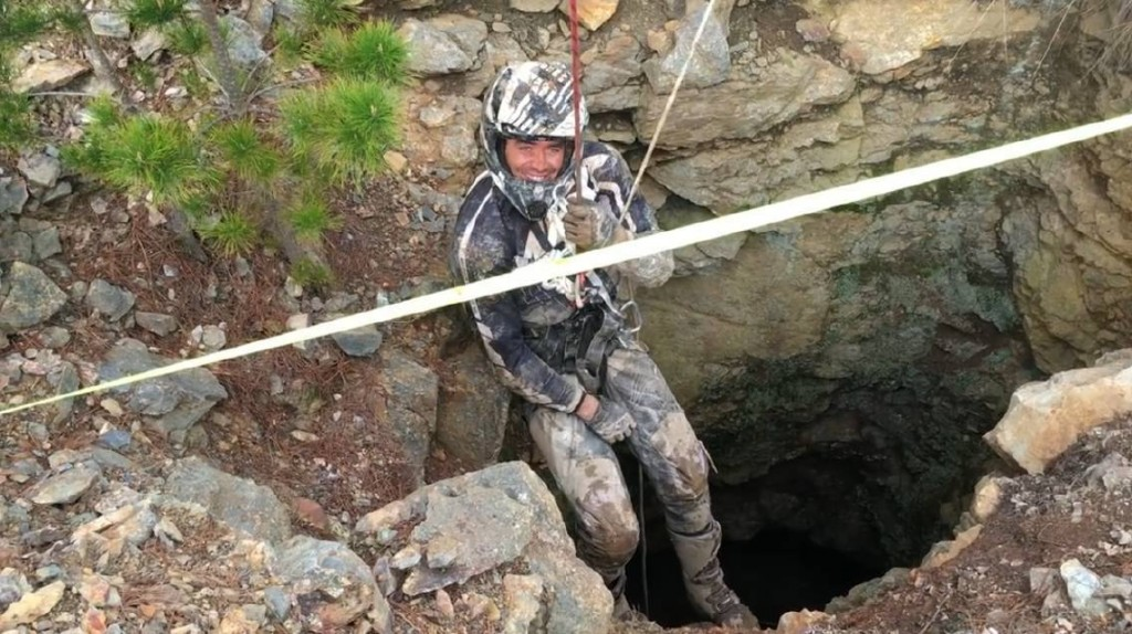 Finisce con la moto nel pozzo profondo2