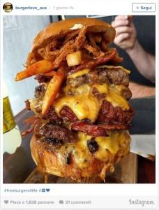 Guarda la versione ingrandita di Tatuaggio con hamburger su menù, fast food ti regala panini a vita FOTO