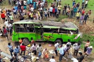 Parla al cellulare e perde il controllo: bus precipita da ponte, oltre 20 morti in India