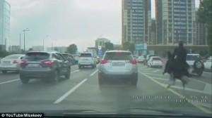 Kazakistan, uomo a cavallo sullo struzzo supera auto in coda6