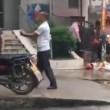 Kung fu in strada: due uomini fanno le mosse e non si colpiscono mai3