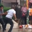 Kung fu in strada: due uomini fanno le mosse e non si colpiscono mai2