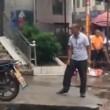 Kung fu in strada: due uomini fanno le mosse e non si colpiscono mai4