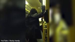 """Guarda la versione ingrandita di YOUTUBE Londra, donna ubriaca insulta uomo di colore sul bus: """"Parla inglese"""""""