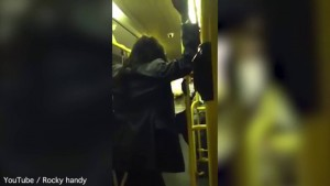 Londra, donna ubiraca insulta uomo di colore sul bus Parla inglese3