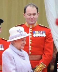 Guarda la versione ingrandita di YOUTUBE Londra, guardia della Regina sta sniffando cocaina? Aperta un'inchiesta