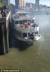 Guarda la versione ingrandita di YOUTUBE Londra, traghetto contro molo: motori in fiamme, tutti salvi