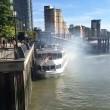 Londra, nave turistica finisce contro molo