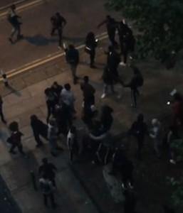 Manchester, 100 giovani in uniforme scolastica si picchiano in strada