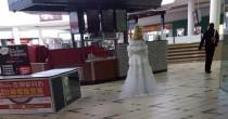 """Melbourne, col vestito da sposa vaga al centro commerciale alle 7 di mattina: """"Chi è?"""" FOTO"""