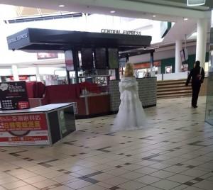 Guarda la versione ingrandita di Melbourne, col vestito da sposa vaga al centro commerciale alle 7 di mattina