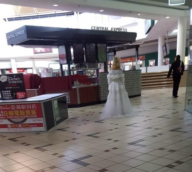 Melbourne, col vestito da sposa vaga al centro commerciale alle 7 di mattina