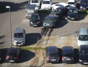 Mentre parcheggia danneggia 14 auto2