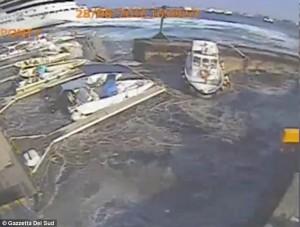 Guarda la versione ingrandita di YOUTUBE Messina, nave da crociera Carnival Vista provoca mini tsunami VIDEO dall'alto