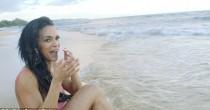 Modella travolta dall'onda <br /> mentre posa in spiaggia