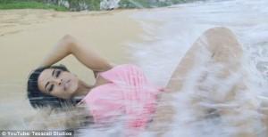 Modella travolta dall'onda mentre posa in spiaggia 9