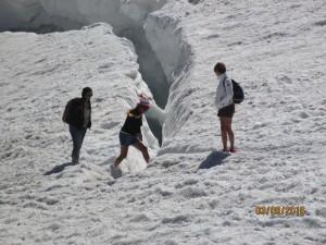 Guarda la versione ingrandita di Monte Bianco, turisti incoscienti in shorts sul ghiacciaio FOTO