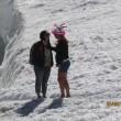 Monte Bianco, turisti in shorts saltellano tra i crepacci FOTO6