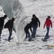 Monte Bianco, turisti in shorts saltellano tra i crepacci FOTO4