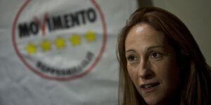 """M5S, Taverna a Berlusconi: """"un giorno di questi gli sputo"""""""