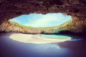 YOUTUBE Playa del Amor, spiaggia paradiso nel cratere che accetta solo 116 persone al giorno