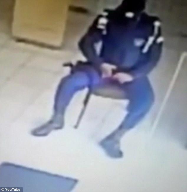 Poliziotto brasiliano gioca con pistola2