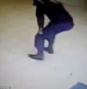 Guarda la versione ingrandita di YOUTUBE Poliziotto brasiliano gioca con pistola, si spara ad una gamba