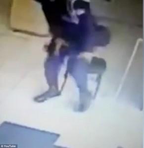 Poliziotto brasiliano gioca con pistola