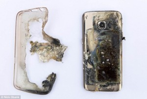 Guarda la versione ingrandita di YOUTUBE Samsung Galaxy 7 le esplode in mano nella caffetteria