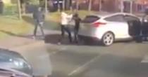 YOUTUBE Scendono dall'auto in coda, picchiano e provano a sequestrare un ragazzo