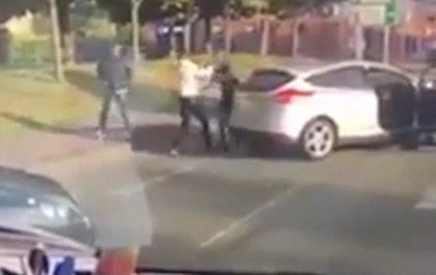 Scendono dall'auto in coda, picchiano e provano a sequestrare un ragazzo