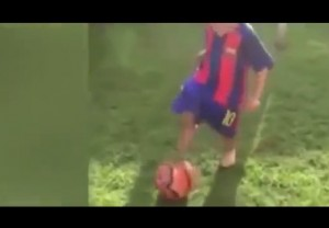 Guarda la versione ingrandita di YOUTUBE Jaxon Lal, baby prodigio (3 anni) sogna Manchester City