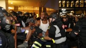 Guarda la versione ingrandita di YOUTUBE Usa, nuova notte di scontri a Charlotte: un ferito grave. E' stato di emergenza