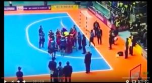 YOUTUBE Falcao si ritira dal futsal, giocatori Iran lo portano in trionfo