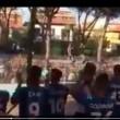 Pisa, calciatori festeggiano con tifosi fuori dallo stadio