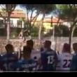 Pisa, calciatori festeggiano con tifosi fuori dallo stadio10