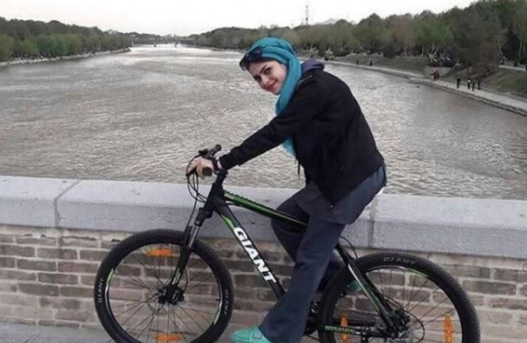 Iran, donne: vietato andare in bici. E la protesta femminile è social FOTO 6