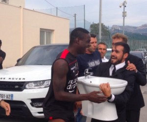 Guarda la versione ingrandita di Mario Balotelli, Le Iene a Nizza: in regalo un bidet