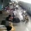 Scivola vicino al treno in movimento, salvato da agente di polizia