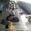 Scivola vicino al treno in movimento, salvato da agente di polizia 2