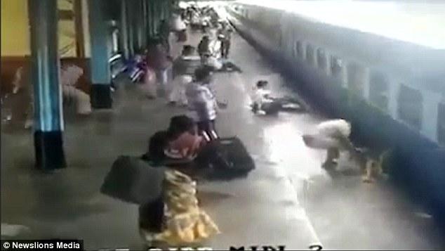 Scivola vicino al treno in movimento, salvato da agente di polizia 4