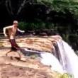 Si butta da una delle cascate più alte del mondo: salvato da due turisti5